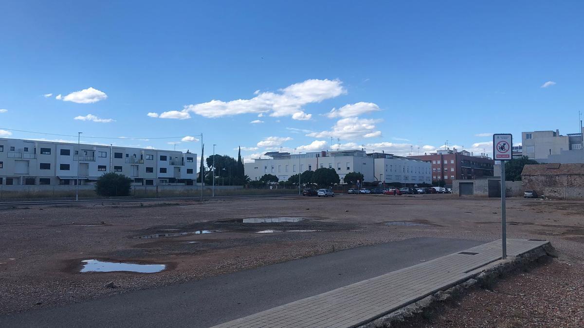 La parcela afectada en Nules quedó pendiente de urbanizar cuando se desarrolló todo el entorno hace décadas.