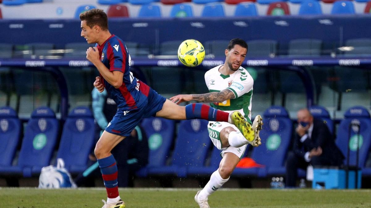 Tete Morente, autor del gol del empate del Elche, dispara a puerta ante el jugador del Levante Clerc.