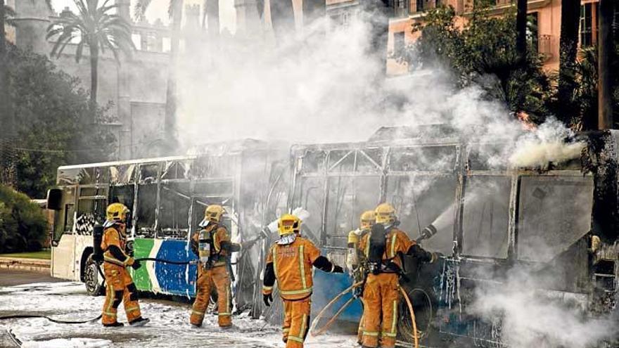 Warum auf Mallorca Busse in Flammen aufgehen