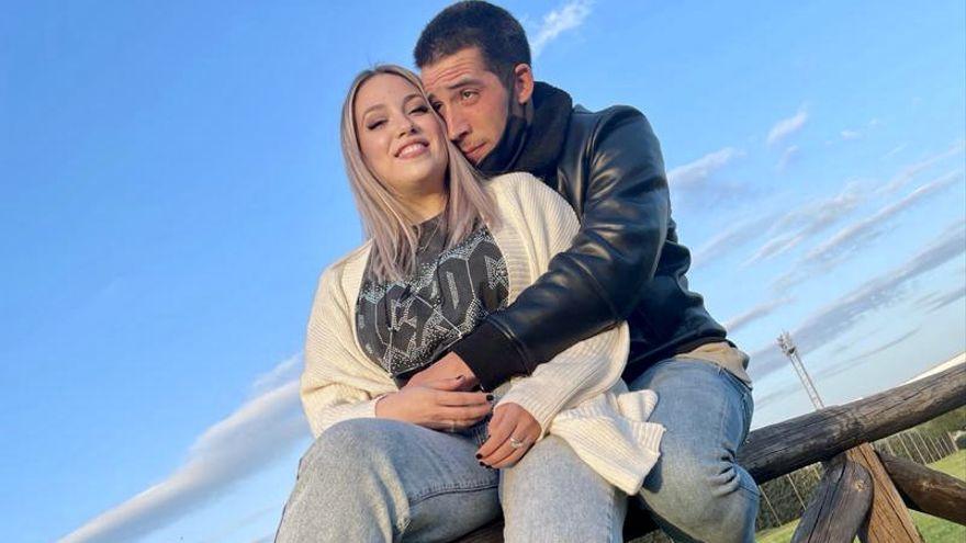 Un joven futbolista cacereño le pide matrimonio a su novia en el descanso de un partido