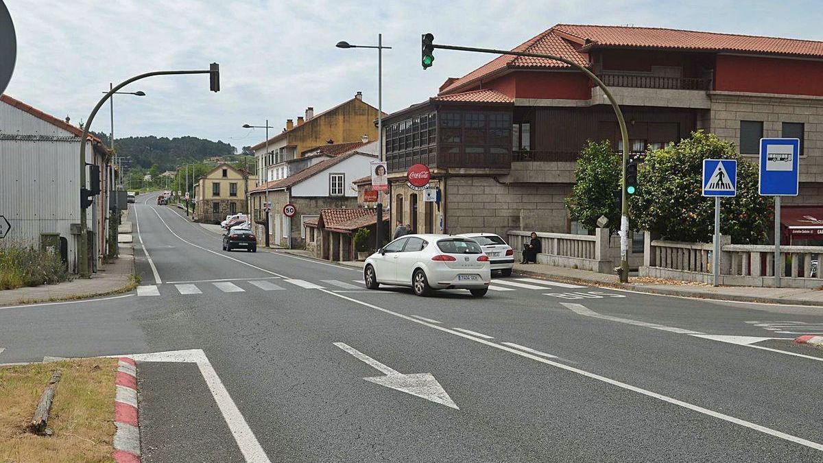 Calle principal de Valga, localidad que mejora las conexiones gracias a la fibra óptica.