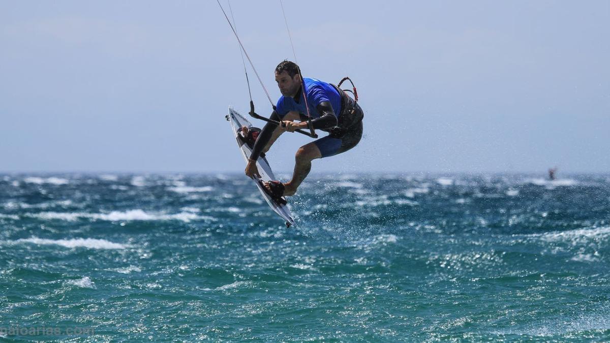 Hugo Miravalles, en un vuelo de kitesurf.