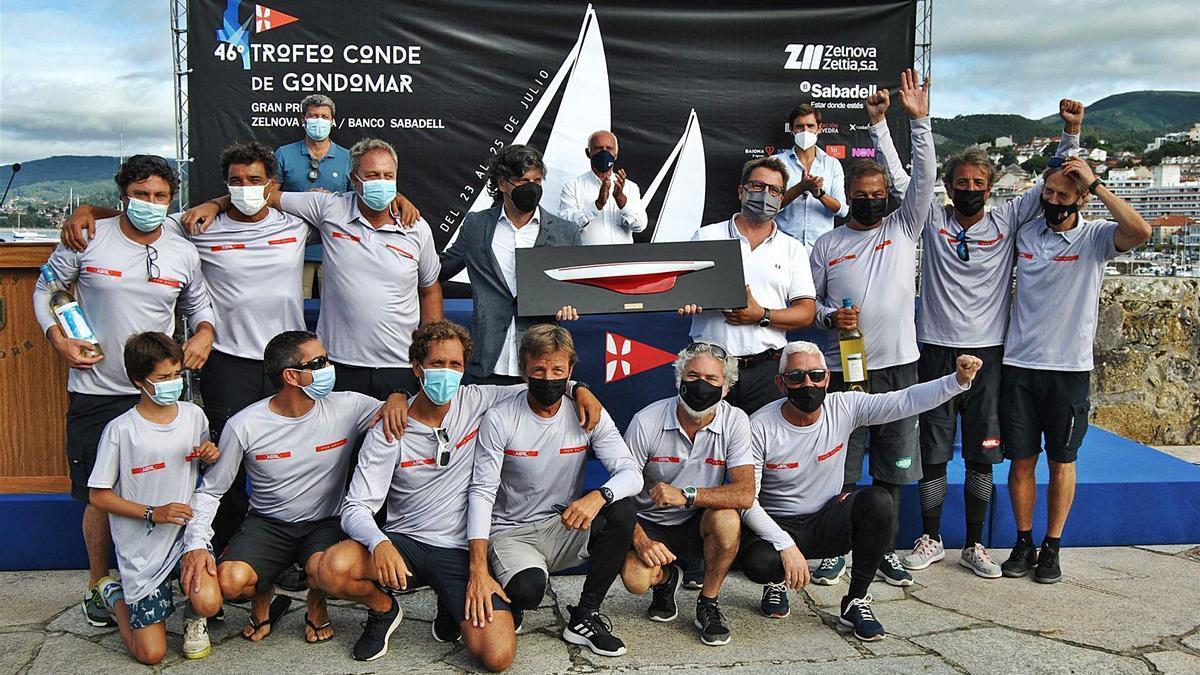La tripulación del Aceites Abril festeja su truinfo en la regata en las instalaciones del Monte Real Club de Yates de Baiona. // MRCYB