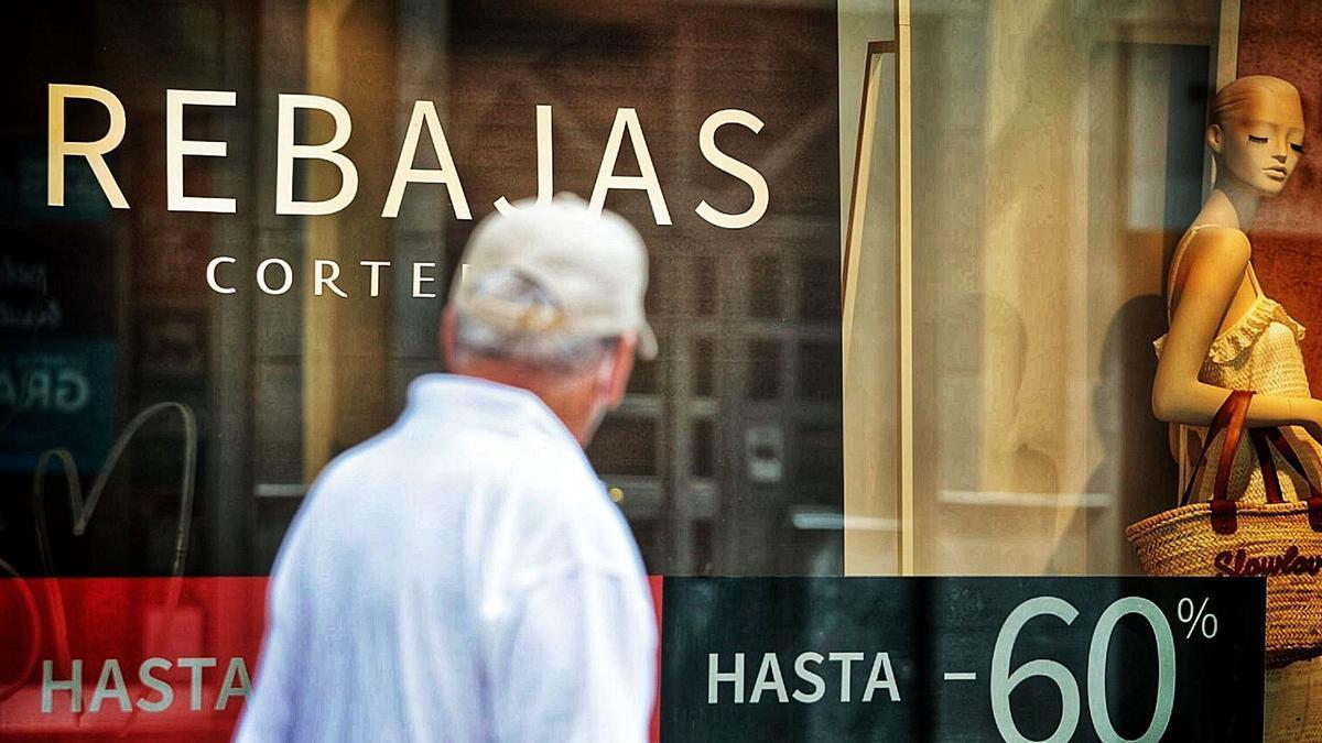 Carteles con descuentos de hasta el 60% en una tienda de la calle Castillo, en Santa Cruz de Tenerife.
