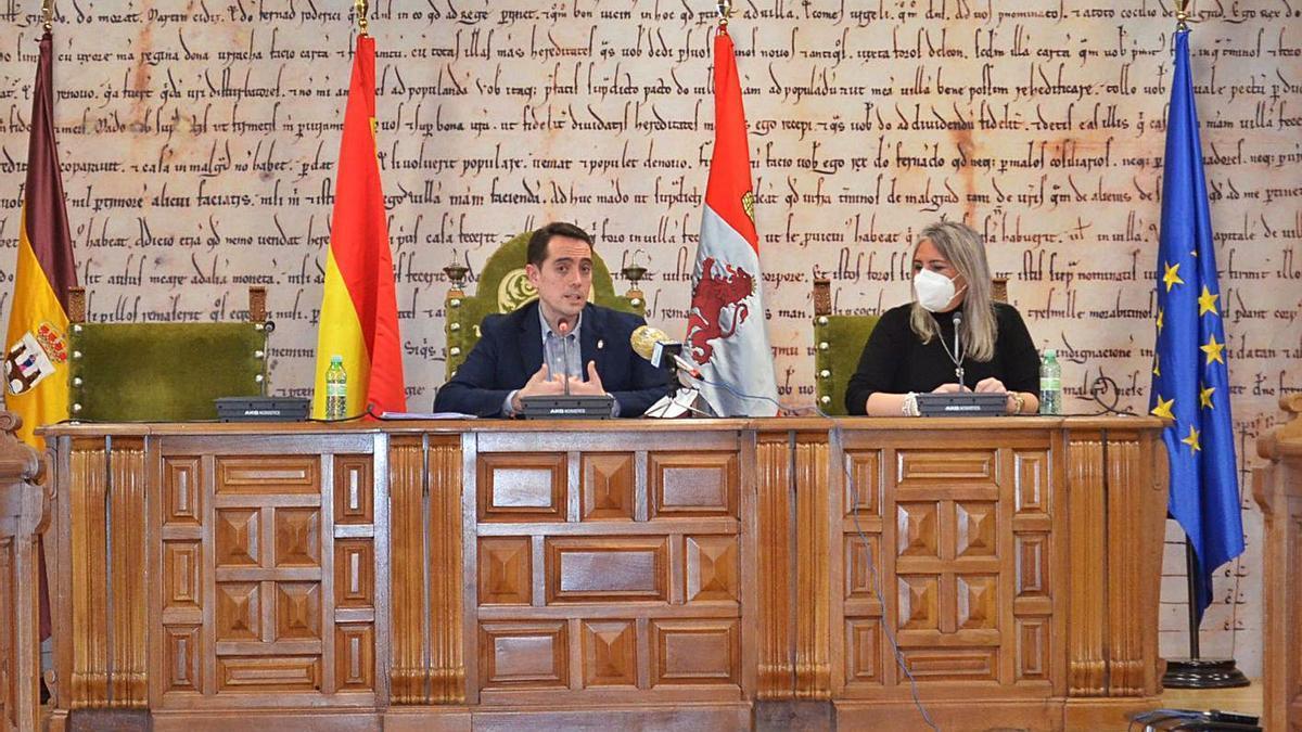 El alcalde, Luciano Huerga, y la concejala de Hacienda, Patricia Martín, durante la presentación de los presupuestos. | E. P.
