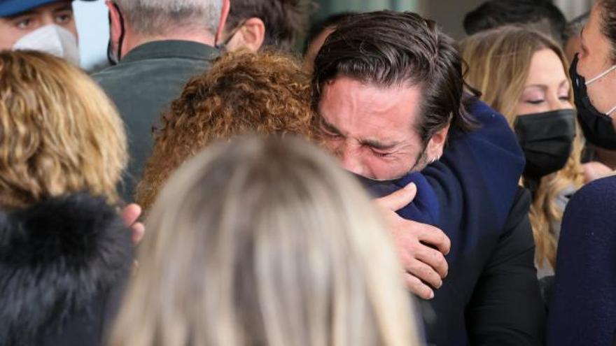 La familia y amigos de Alex Casademunt, devastados en la despedida del cantante
