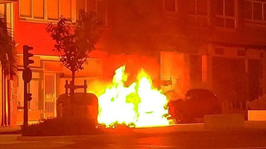 Los bomberos apagan de madrugada cuatro fuegos en contenedores, uno de los cuales afectó a un coche