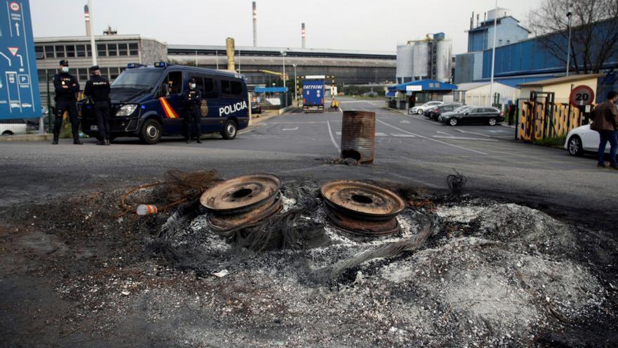 Tres detenidos tras los registros policiales de las plantas y oficinas de Alu Ibérica
