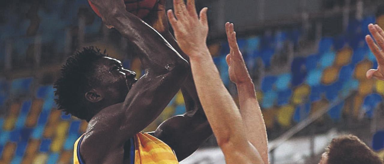Khalifa Diop lanza a canasta ante la presencia de Muric y Blazic.