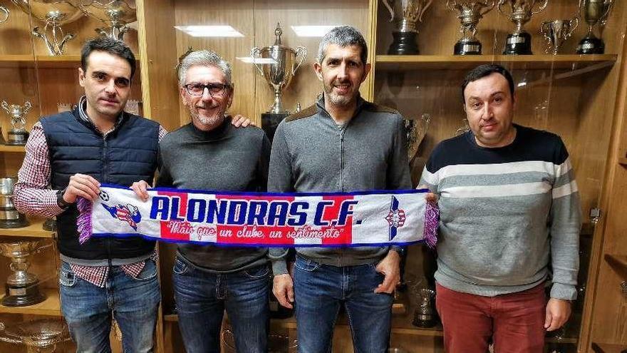Los directivos José García y Sito Fernández con Jorge Otero y Fonsi Valverde en el centro. // Santos Álvarez
