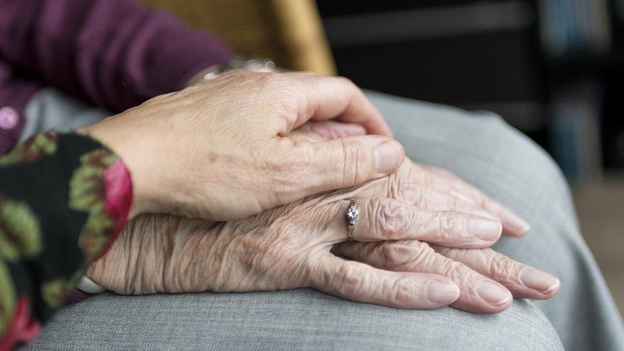 El riesgo de pobreza en mayores que viven solos se duplica en solo tres años