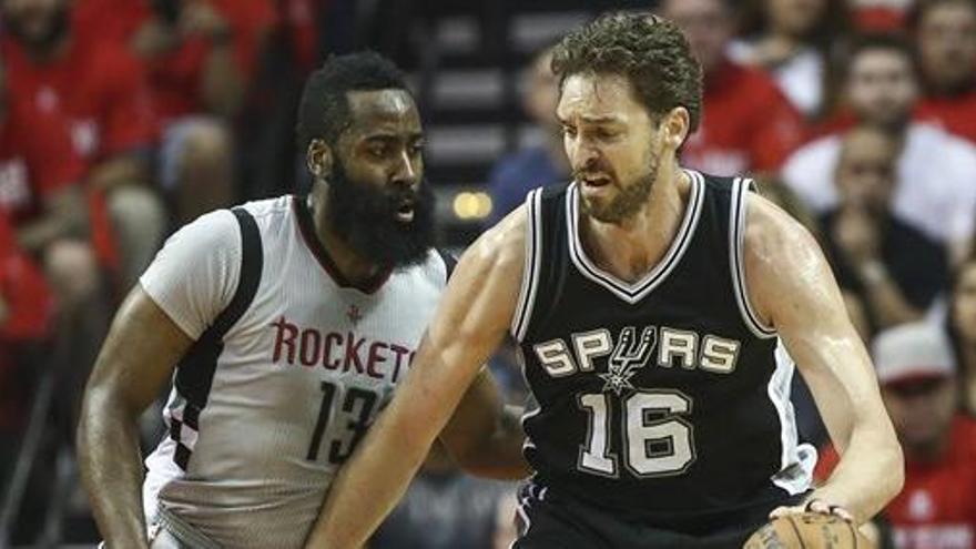 James Harden saca a los Spurs de 'playoffs'