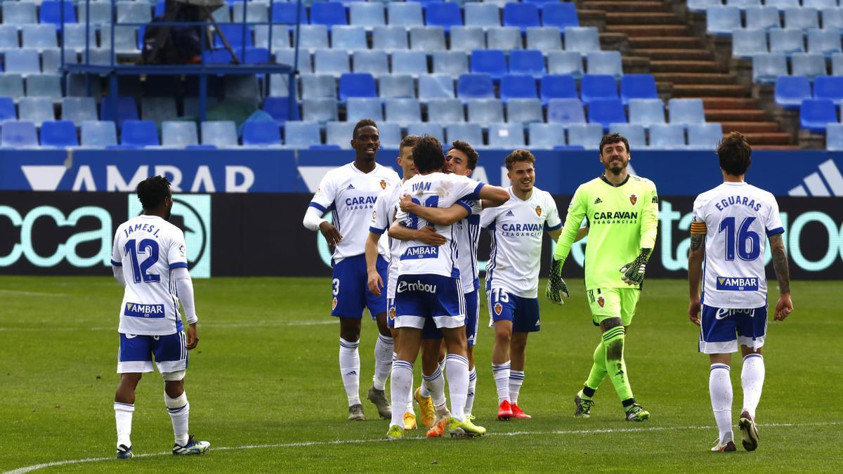 Azón y Francés se abrazan al final del partido ante el Almería rodeados por varios compañeros.