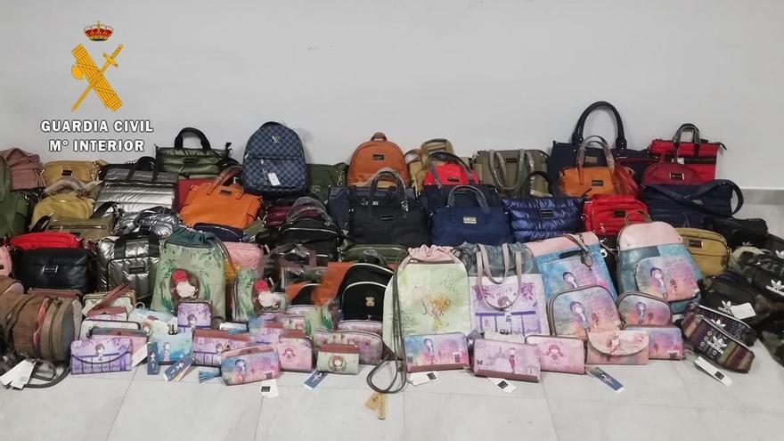 La Guardia Civil interviene bolsos y carteras falsificados valorados en más de 30.000 euros en Almoharín