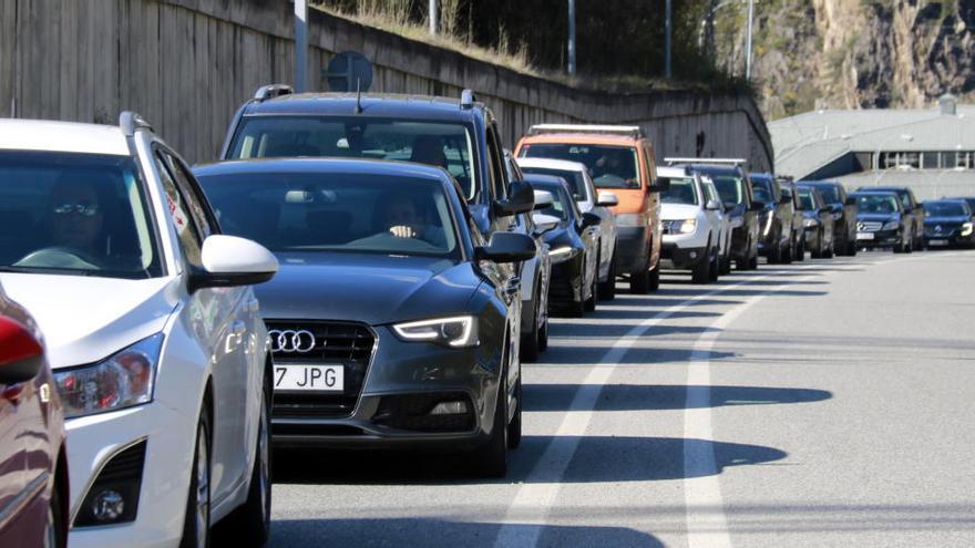 Retencions intermitents a la frontera entre Catalunya i Andorra per la mobilitat permesa tot i el confinament comarcal