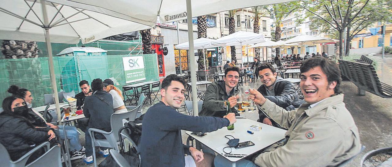 Jóvenes en una terraza de la plaza de Luceros, sobre las 19.30 horas.