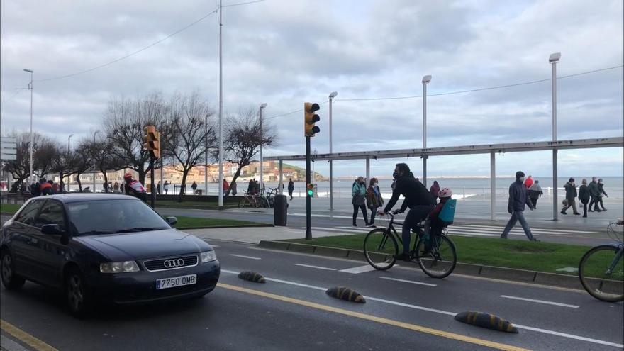 Así estaba esta mañana el paseo de El Muro en el primer día de cierre perimetral de Gijón