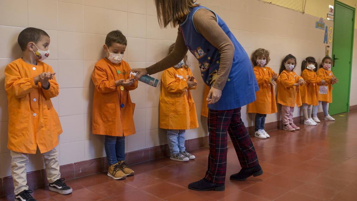 Una profesora echa gel hidroalcóholico a varios alumnos en un colegio gallego.