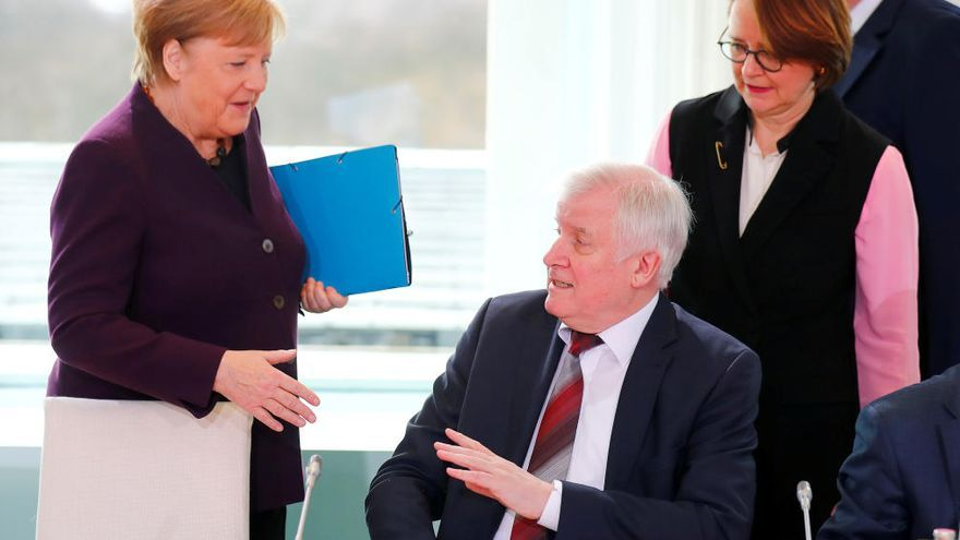 VÍDEO | Un ministre alemany nega la salutació a Angela Merkel pel coronavirus
