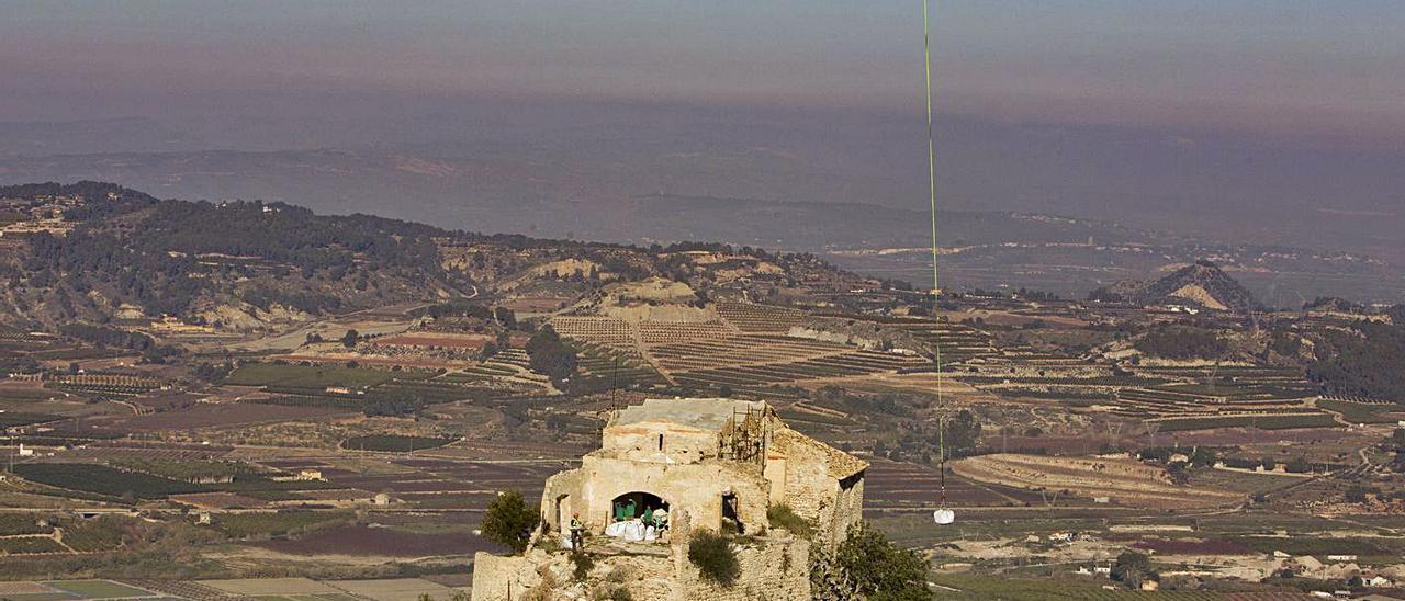 Un helicóptero descargando material en la ermita del Puig, en las obras del año pasado.   PERALES IBORRA