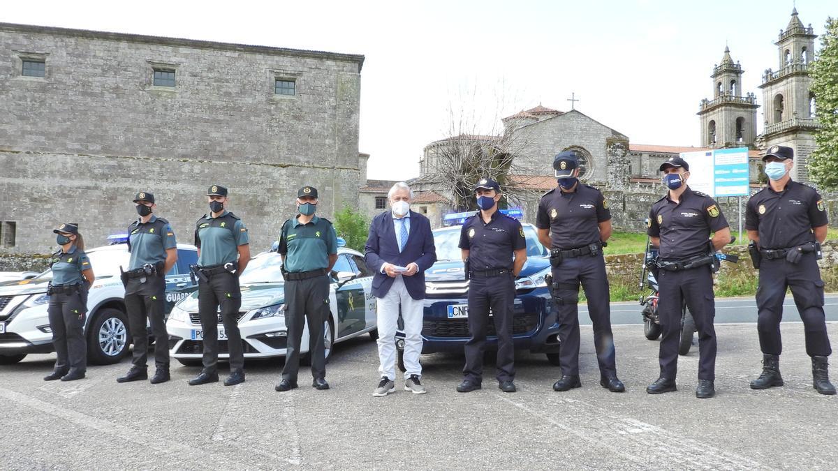 El subdelegado del Gobierno, Emilio González, en Oseira junto a parte del dispositivo de seguridad.
