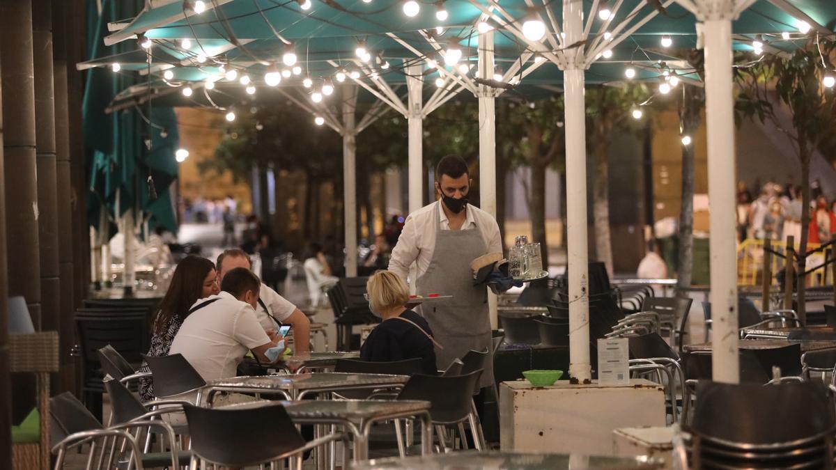 Un camarero sirve en una terraza de la plaza del Pilar el pasado sábado.