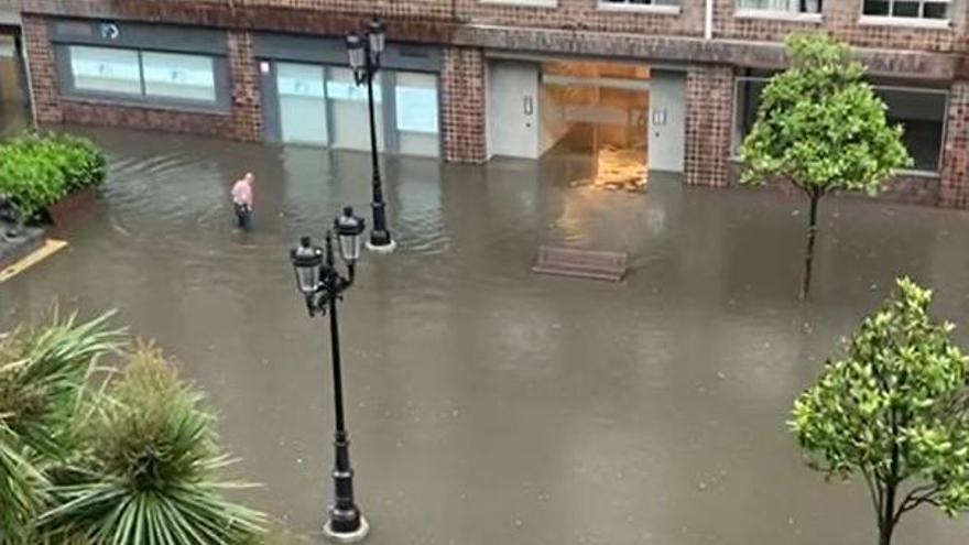La lluvia deja la calle Concepción Arenal como un embalse: agua por encima de la rodilla