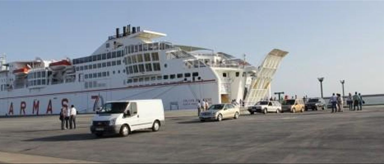 El control de aduanas y la financiación frenan la línea de Guaguas en el Puerto