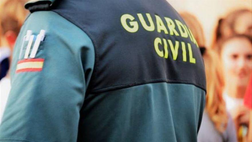 La Guardia Civil 'rescata' a un niño de 2 años encerrado en un coche