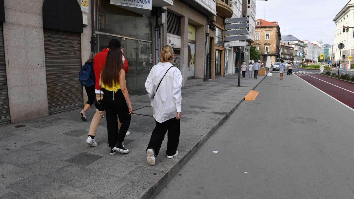 Ciudadanos pasean por la zona centro de A Coruña.