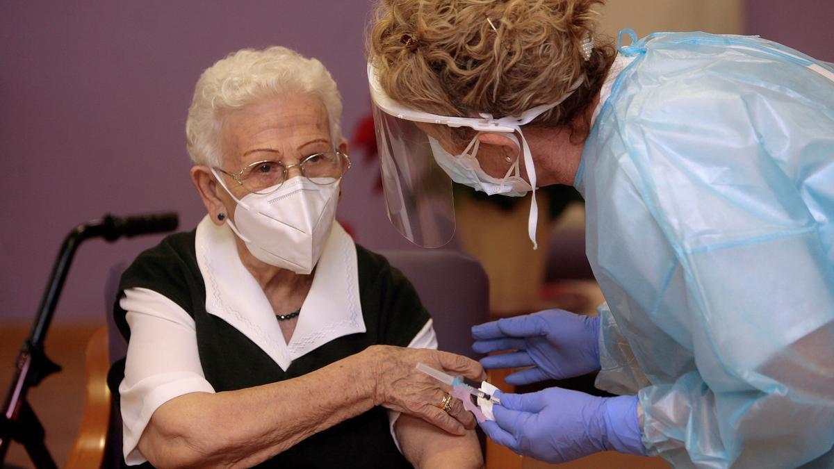 Araceli, de 96 años, primera persona vacunada contra el Covid-19 en España.
