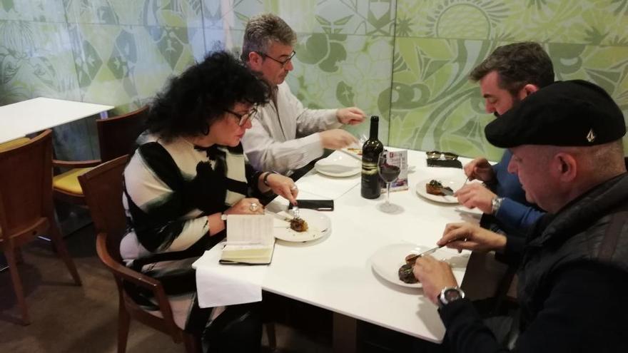 Un jurat gastronòmic tasta la proposta de cua de bou del restaurant Càlid Café