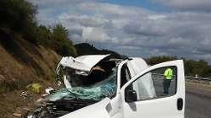 Leve tras una colisión brutal contra un camión en la A-52 que cortó dos carriles