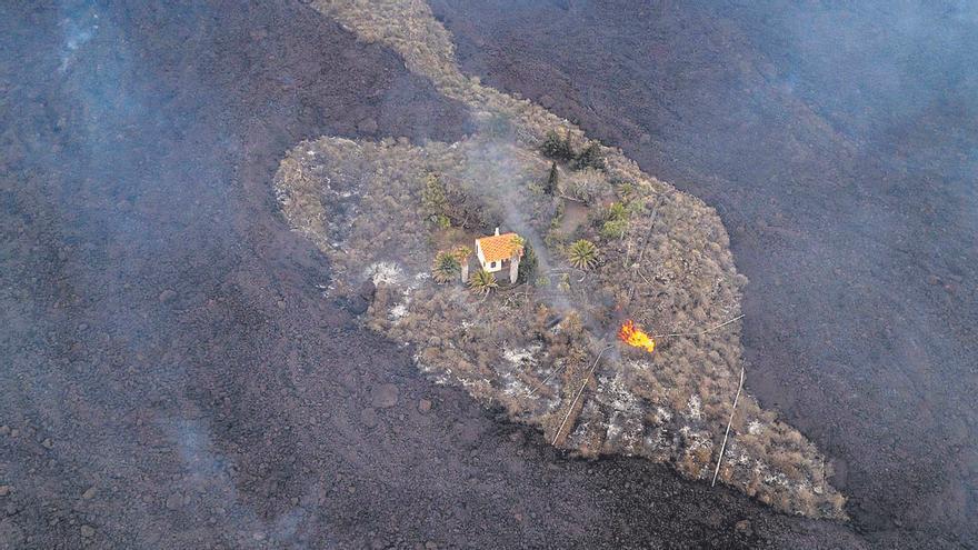 La 'casa milagro' de la familia Cocq sucumbe ante una nueva embestida de la lava del volcán de La Palma