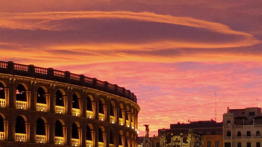Candilazo o arrebol espectacular en el cielo de València durante el atardecer del 27 de diciembre.