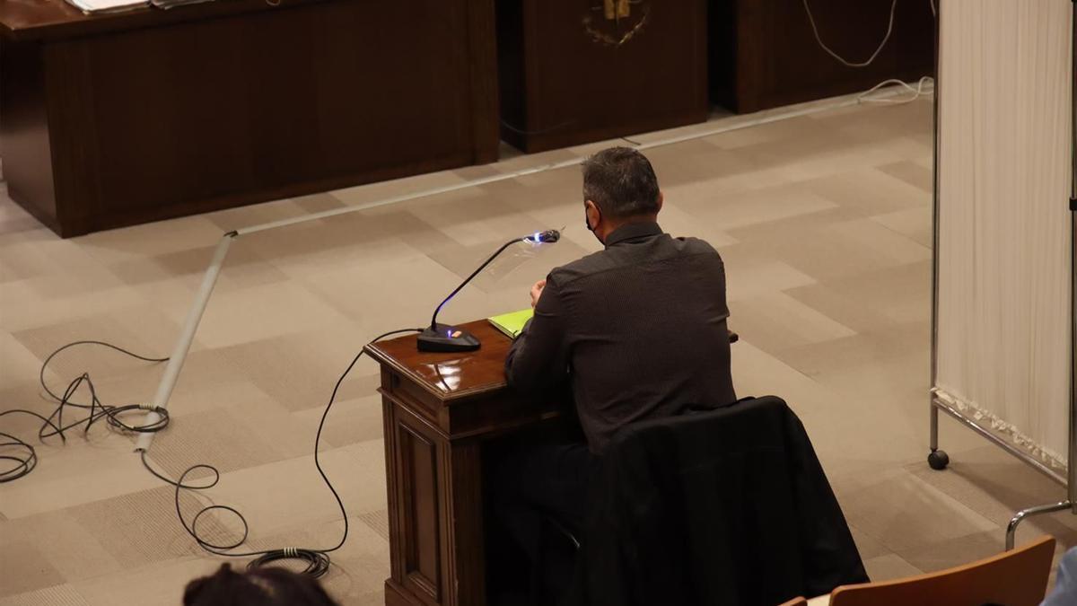Carlos Franch, en el juicio contra él en la Audiencia, donde las víctimas declararon tras un parabán.