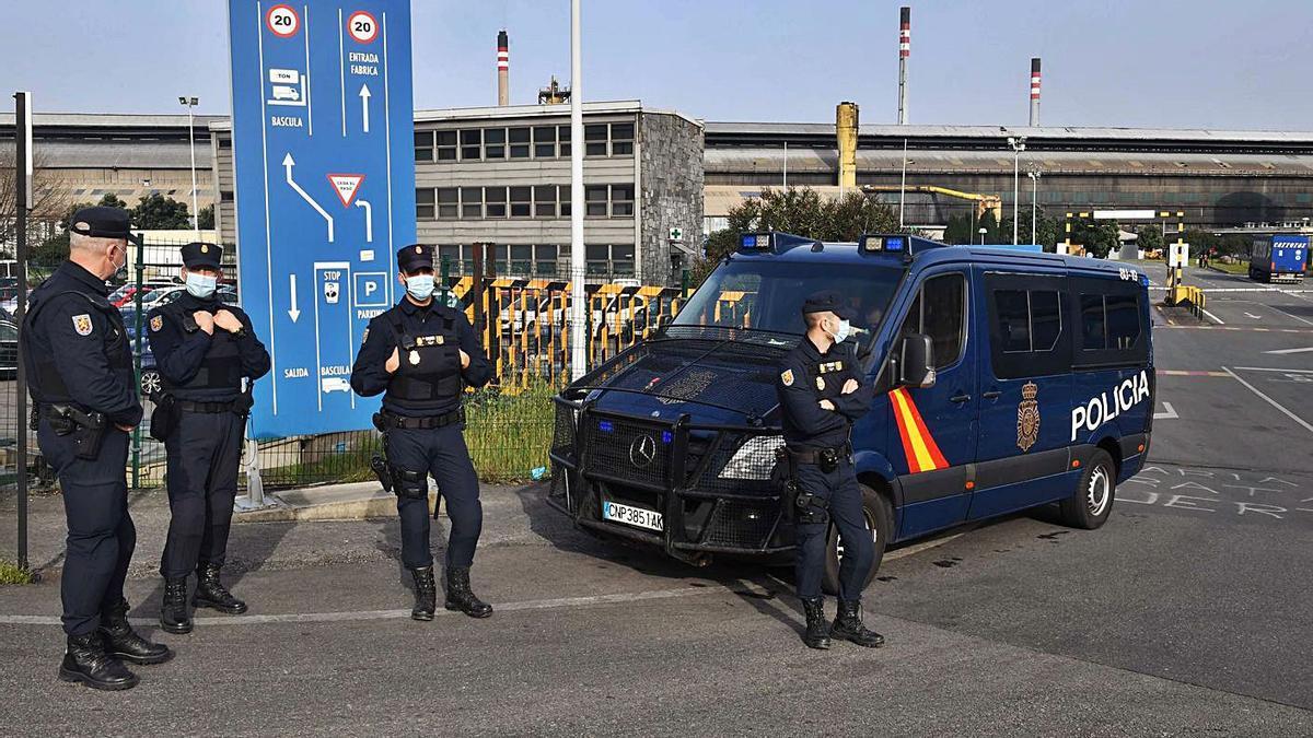 Agentes de la Policía Nacional, durante el registro de Alu Ibérica A Coruña en marzo.     // VÍCTOR ECHAVE