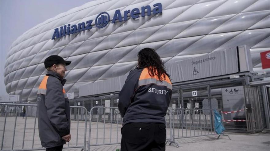 La policía pide a los jugadores del Madrid que no se pongan cerca de las lunas del autocar