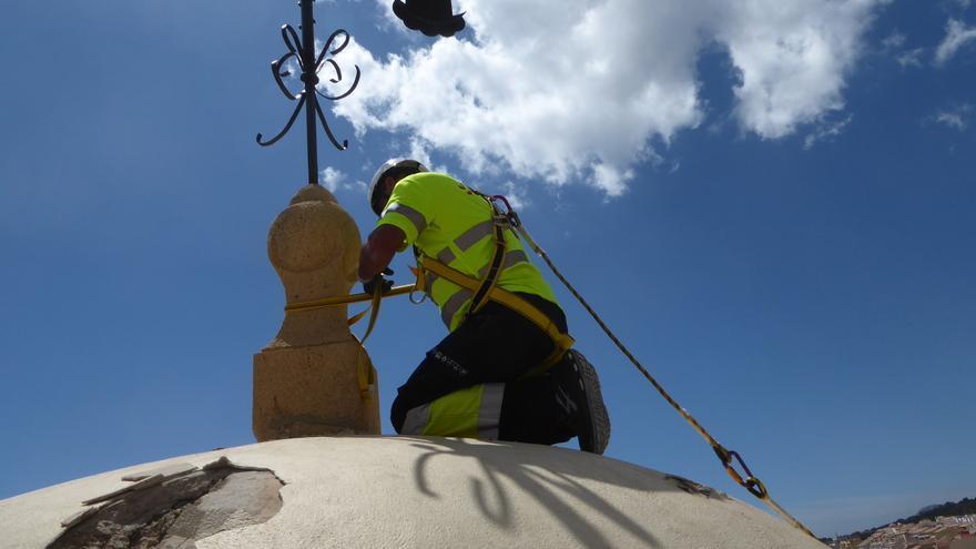 La Nucía refuerza el campanario de la iglesia tras los daños sufridos por la caída de un rayo