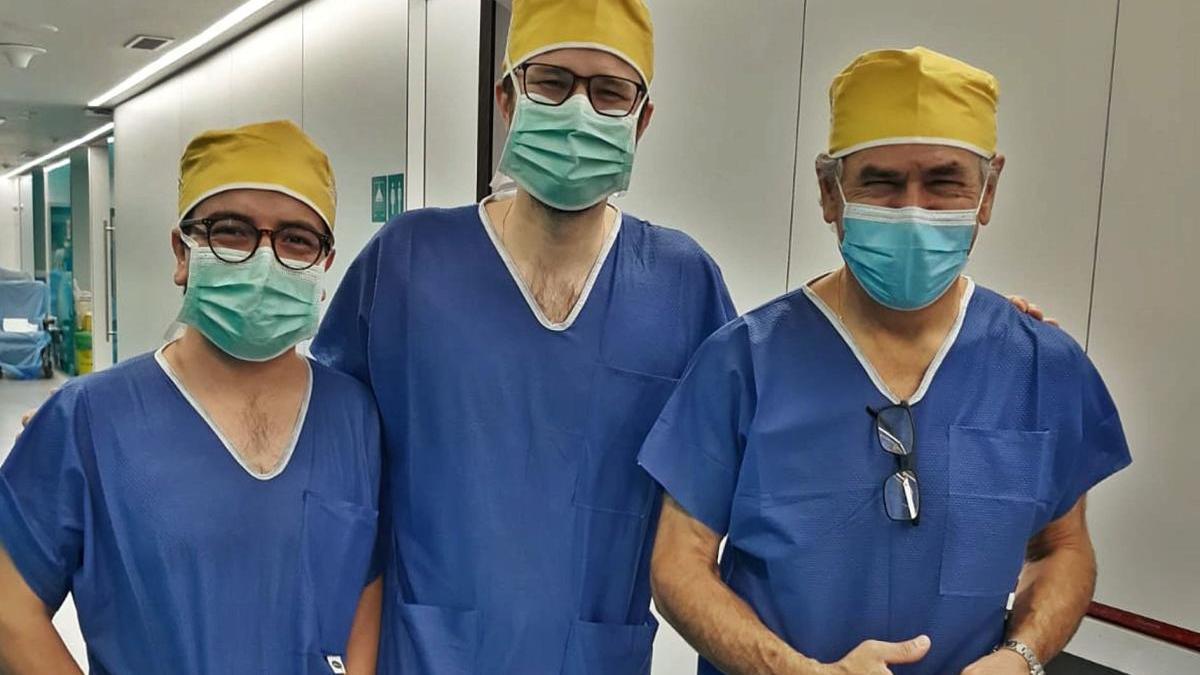 El doctor Damián García Olmo (dch), junto a su equipo de cirugía robótica, los doctores Guadalajara y León