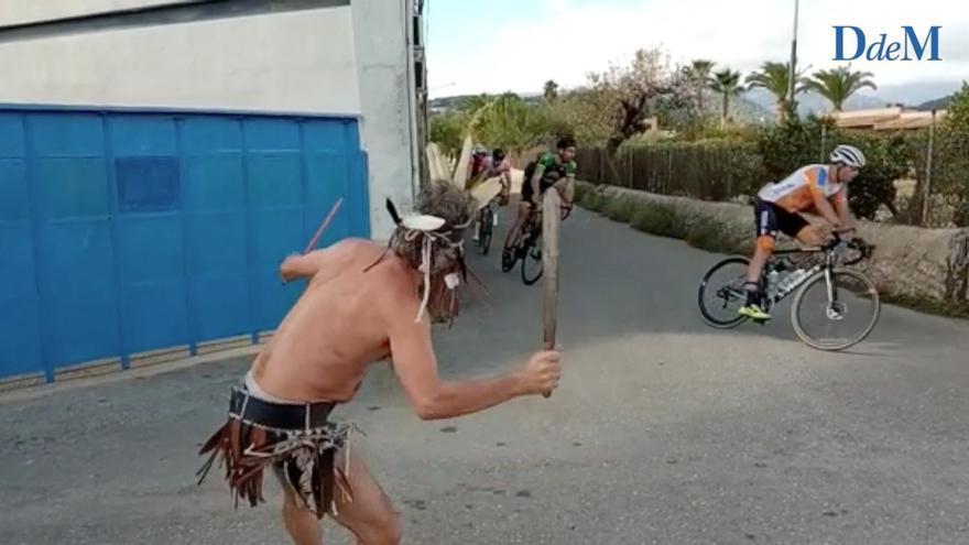 """Así protesta un """"indígena mallorquín"""" contra el corte de carreteras por la Mallorca 312"""