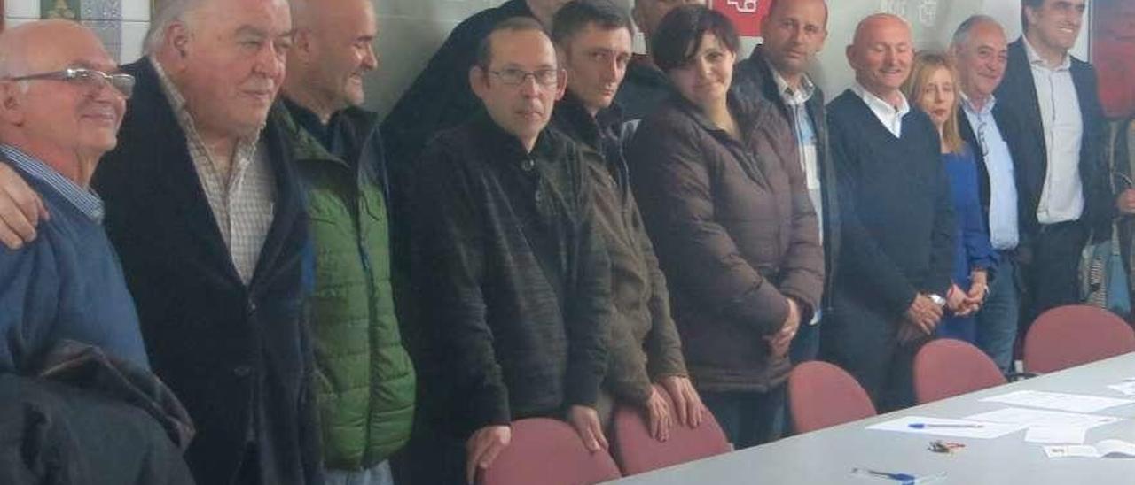 Juan Carlos Iglesias, junto a otros miembros del partido, después de aprobarse su candidatura.
