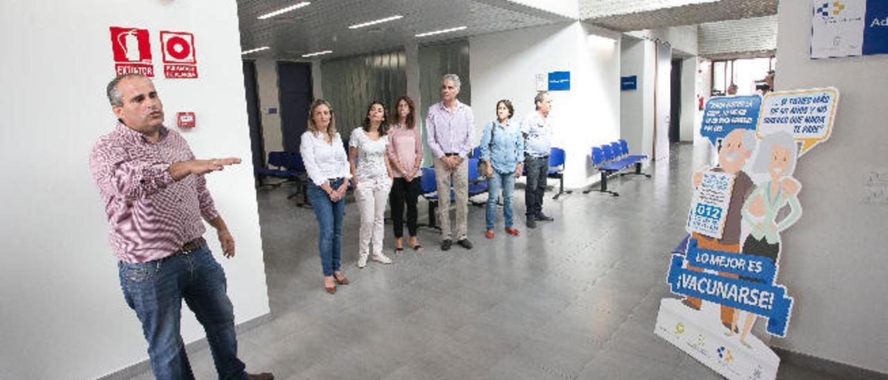 El técnico Tomás Pérez explica los detalles del inmueble, ayer.
