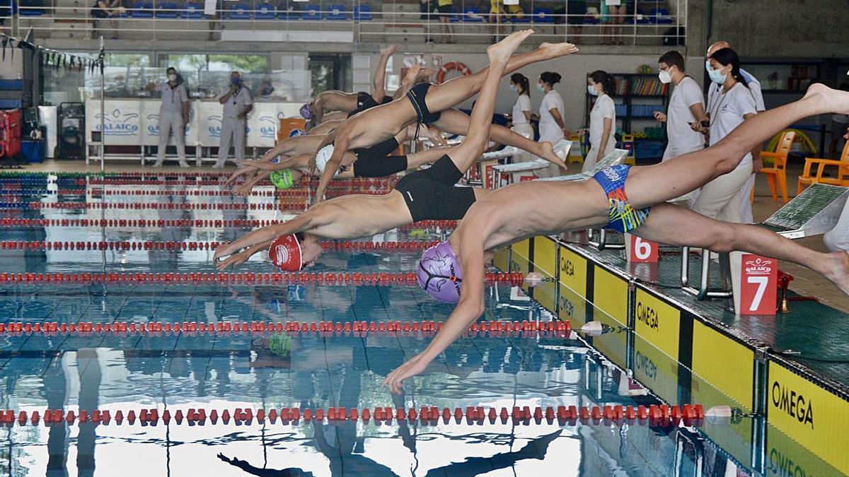 Los nadadores lanzándose al agua en el Rías do Sur.    // RAFA VÁZQUEZ
