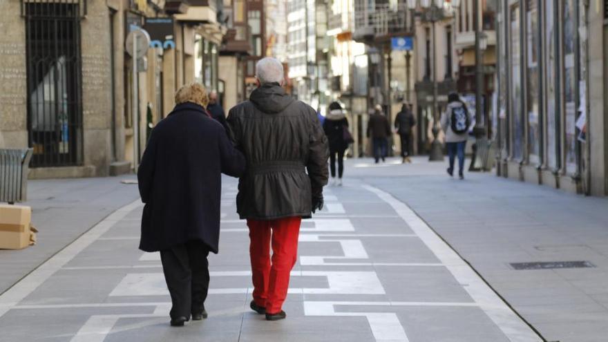 Dos personas pasean por Santa Clara.