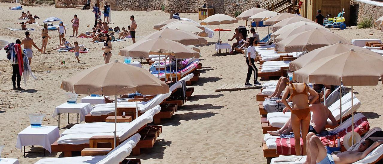 Cala Bassa ha sido una de las primeras playas en las que se han instalado las hamacas. | J.A.RIERA