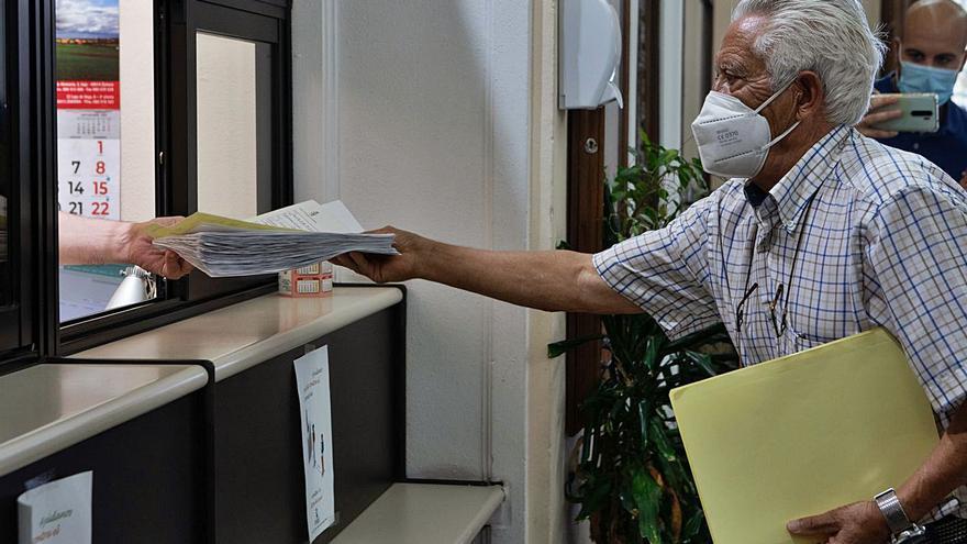 El movimiento vecinal de Zamora entrega más de dos mil firmas contra la zona azul de Santa Elena