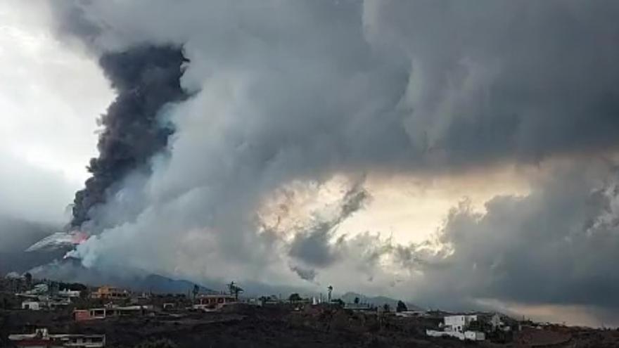 El volcán de La Palma forma una nueva colada al sur del cono principal y baja por el barrio de Las Manchas