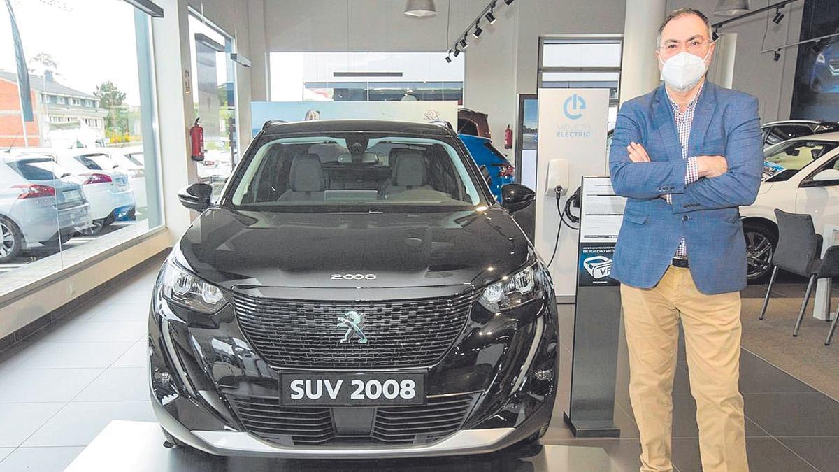Camilo Díaz Molk, director gerente del Grupo Dilmok, delante de uno de los últimos modelos de Peugeot+++.