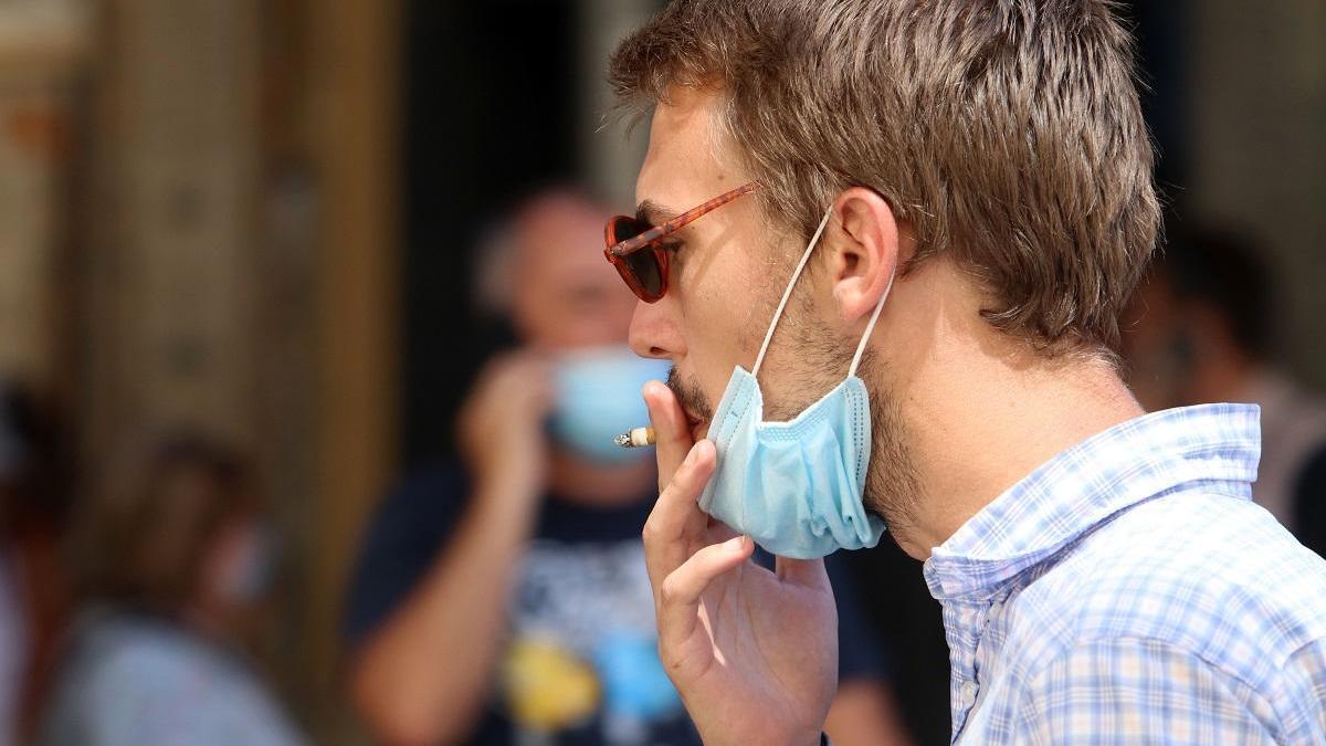 Fumar se ha prohibido en la calle para intentar frenar los contagios.